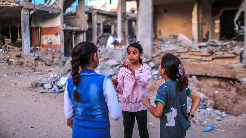 طفلات فلسطينيات عُدن للعب وسط بيوتهن المدمّرة في بلدة بيت حانون شمال قطاع غزة.  إي.بي.إيه
