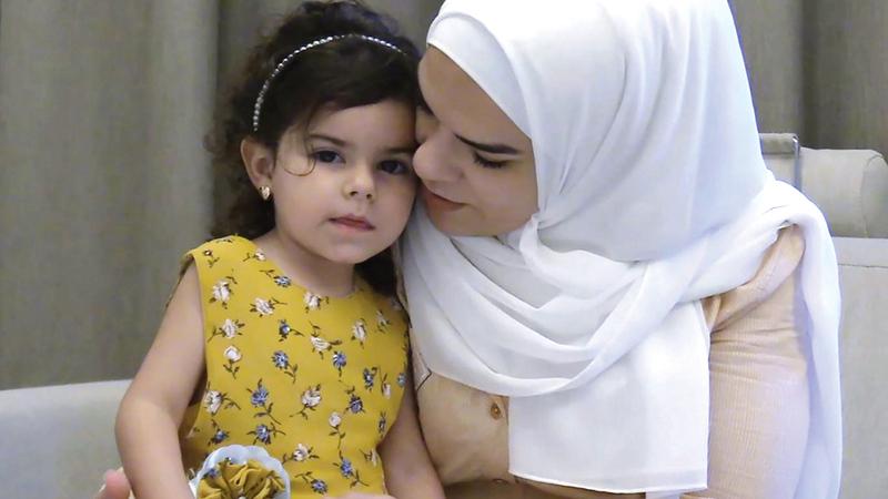 الطفلة جولي ناصر برفقة والدتها.   من المصدر
