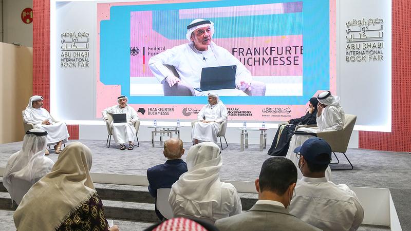 الجلسة نظمها معرض أبوظبي للكتاب مساء أول من أمس، عن نهضة الإمارات وقصة تطورها.   الإمارات اليوم