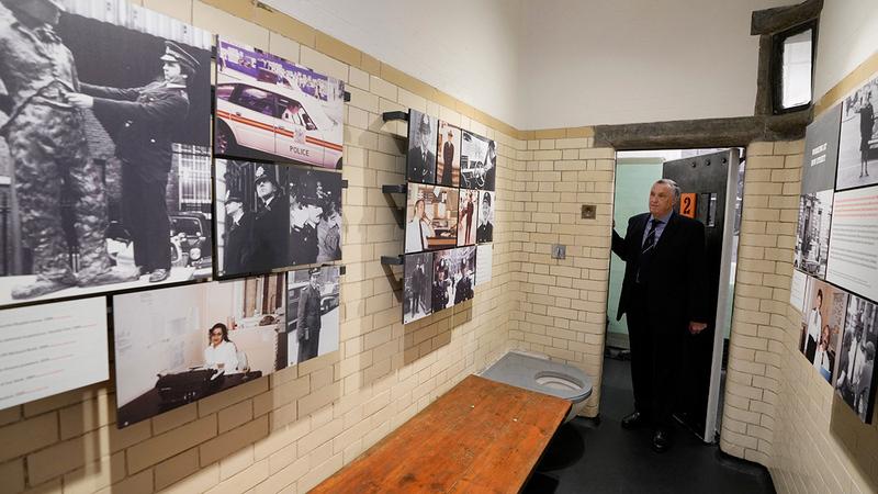 المتحف أقيم في زنزانات مرمّمة، قبع فيها قتلة وديكتاتوريون وحتى الكاتب أوسكار وايلد.   رويترز