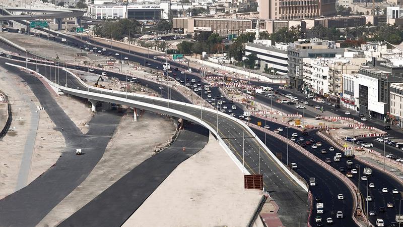 الجسر يوفر انسيابية الحركة المرورية باتجاه نفق الشندغة.   من المصدر