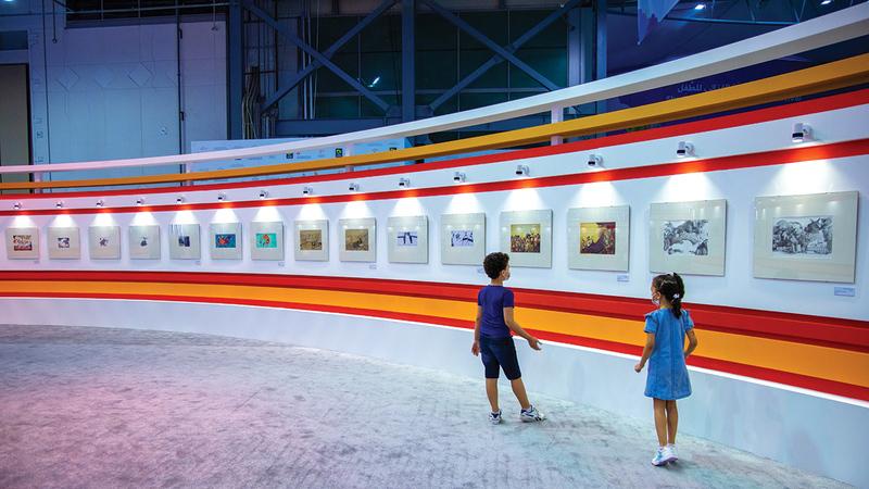 رسومات تزيّن جدران المهرجان.   من المصدر