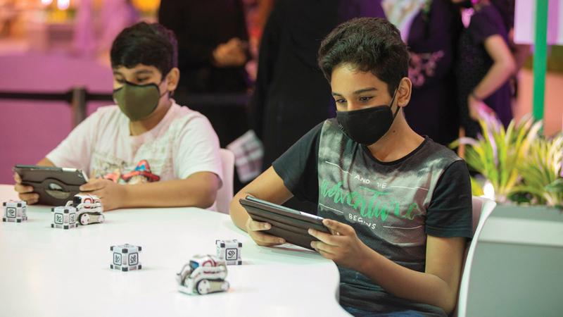 باستخدام لغة البرمجة عالية المستوى تعلّم الأطفال العديد من الطرق لصناعة تطبيقات إلكترونية.   من المصدر
