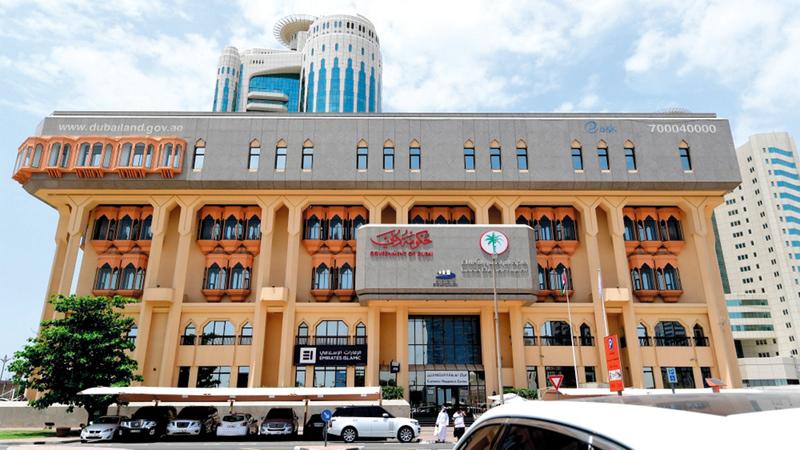 «أراضي دبي» شددت على عدم تجاوز المدة القانونية.    أرشيفية