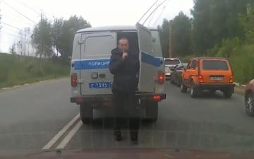 الصورة: بالفيديو.. معتقل يهرب من سيارة الشرطة في وضح النهار ويلوح بإشارة غريبة