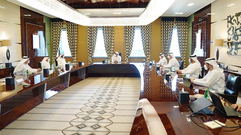 مكتوم بن محمد خلال ترؤسه اجتماع مجلس دبي القضائي.  وام