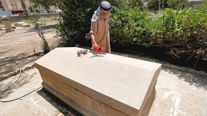 منصور ورث مهمة حراسة المقبرة التي دفنت فيها غرترود بيل عن والد زوجته قبل أكثر من 60 عاماً.   أ.ف.ب