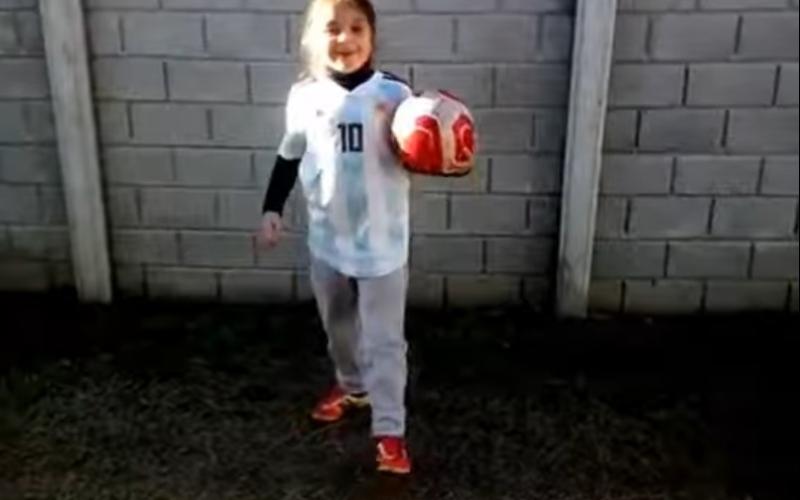 """الصورة: بالفيديو.. طفلة صغيرة تبهر ميسي.. والنجم الأرجنتيني يصفها بـ""""العبقرية"""""""