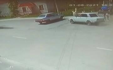 الصورة: بالفيديو.. سائق متهور يدهس امرأتين ورضيعيهما في حادث مروع