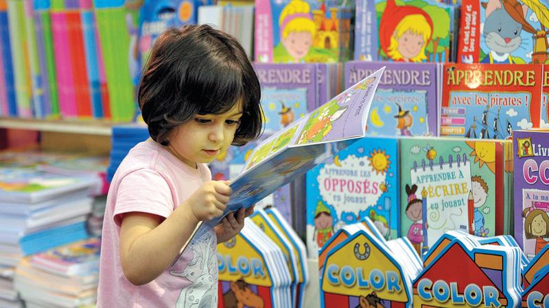الأنشطة تسعى إلى تعزيز ثقافة القراءة بين جميع فئات المجتمع.  أرشيفية