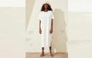 الصورة: #«عزيزتي حواء».. الفستان التيشيرت يطلّ بألوان هادئة ومحايدة