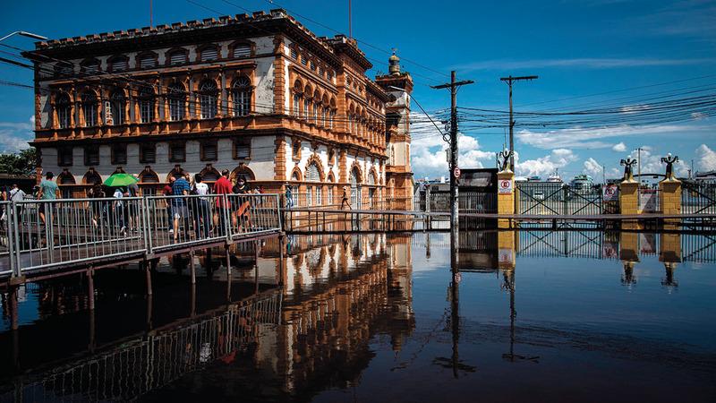 مياه الفيضان حاصرت السكان وأماكن عدة.   إي.بي.إيه
