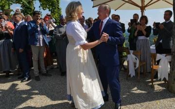 الصورة: الوزيرة النمساوية السابقة صاحبة الرقصة مع بوتين تحصل على وظفية في شركة نفط روسية