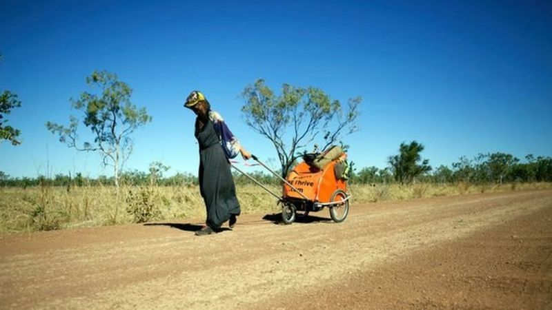 أصيبت ماكسويل بحروق وضربة شمس في صحراء أستراليا (بي بي سي)،