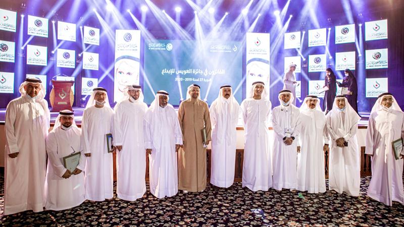 علي العويس ومحمد المر وبلال البدور يتوسطون المكرّمين بالجائزة.  من المصدر