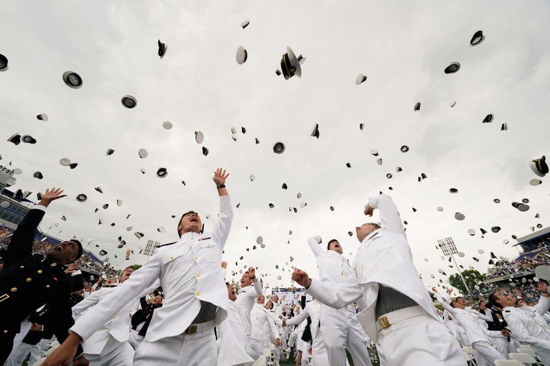 صور لاحتفالات وفرحة الطلاب في مختلف دول العالم بمرحلة بالتخرج في ظل جائحةكورونا.وكالات