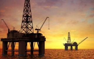 الصورة: النفط يتقدم صوب 72 دولاراً بدعم توقعات الطلب