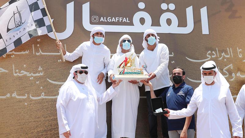سعيد بن حمدان يقدم جائزة المركز الأول لطاقم «نمران 211» بحضور بن مسحار وحريز المر.  من المصدر