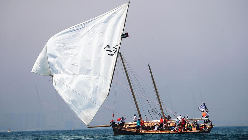 تنافس قوي في عرض البحر بين السفن المشاركة بسباق القفال 30.  من المصدر