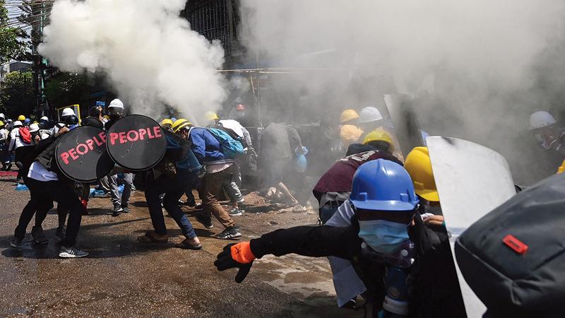 الجيش يستخدم قنابل مسيّلة للدموع ضد المدنيين.   أ.ف.ب