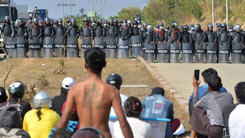 قوات الجيش في مواجهة المدنيين المعارضين للانقلاب.   أ.ف.ب