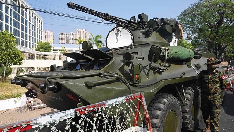 جيش ميانمار يستخدم الدبابات لقمع معارضيه.   أ.ف.ب