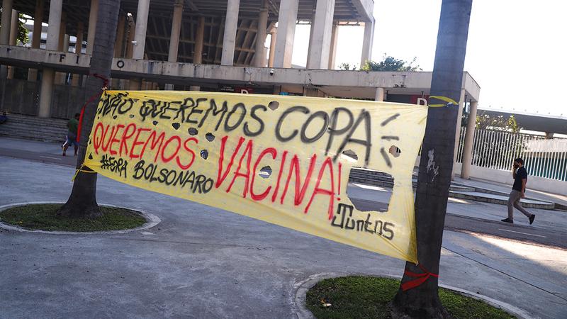 لافتات خارج ملعب «ماراكانا» في البرازيل تطالب بعدم تنظيم البطولة.   رويترز