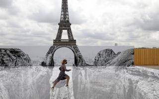 الصورة: بالصور: باستخدام لوحة ثلاثية الأبعاد.. برج إيفل على الجرف