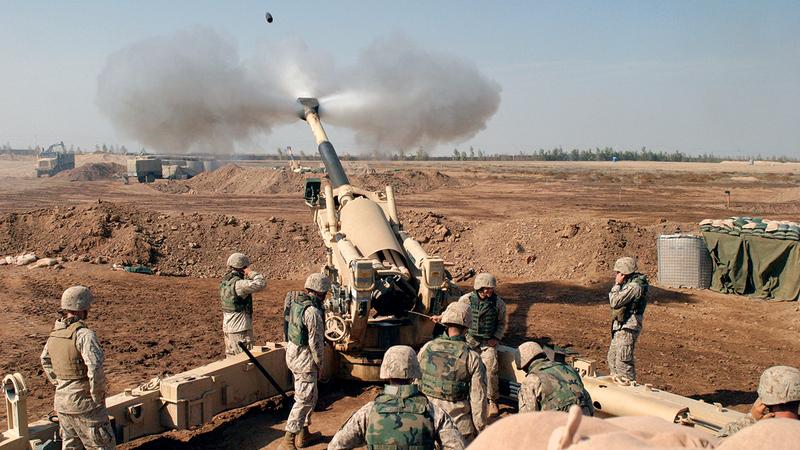 المدفعية الأميركية تقصف الفلوجة وتدمّر منازل المدنيين.   أ.ب