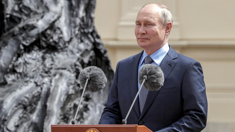 بوتين يتلقى تحذيراً من بايدن.  إي.بي.إيه