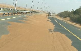 الصورة: لقطة.. رمال على الطريق