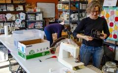 الصورة: أميركية توفر ماكينات خياطة مستعملة للنساء في جميع أنحاء العالم