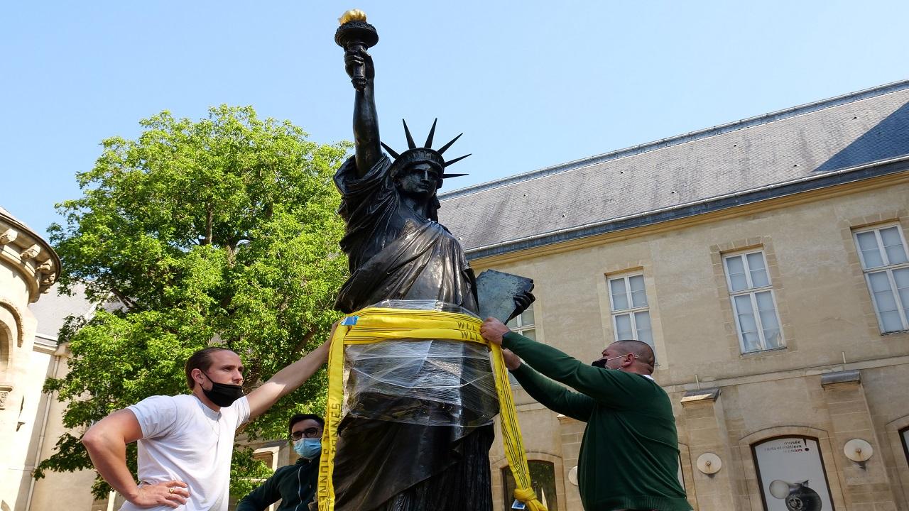 التمثال البرونزى يتراوح ارتفاعه بين مترين وثلاثة أمتار. رويترز