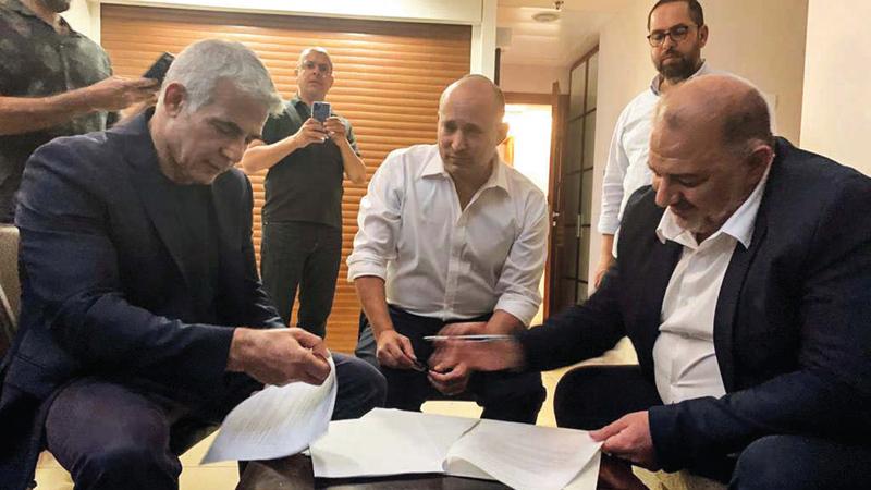 عدد من قادة الائتلاف الإسرائيلي الذي كانت القوة الدافعة لتشكيله هي إقصاء نتنياهو.   رويترز