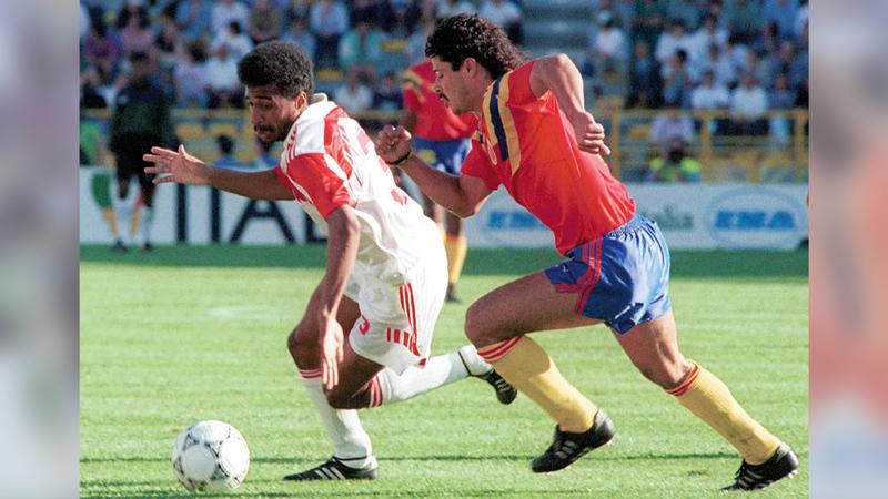 جانب من لقاء المنتخب ونظيره الكولومبي في أول مباراة بتاريخ الكرة الإماراتية في المونديال.   من المصدر