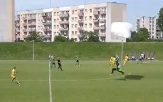 الصورة: بالفيديو: مظلي يهبط فجأة على ملعب.. ويوقف المباراة!