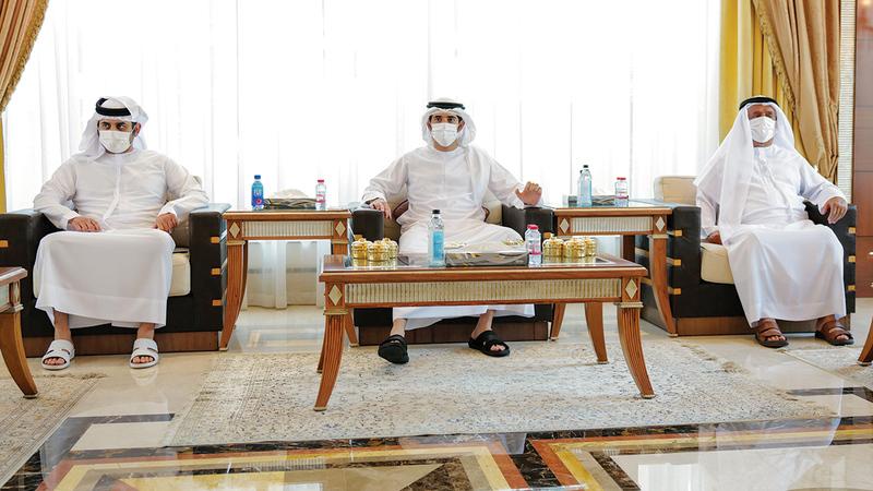 ولي عهد دبي ومكتوم بن محمد خلال الاجتماع الذي استعرض سبل دعم القطاع الخاص.  من المصدر