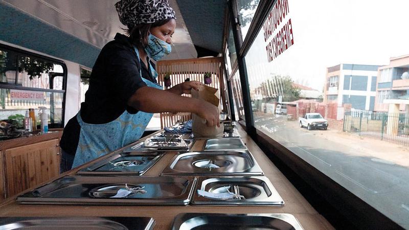سوق بقالة متنقلة في جنوب إفريقيا.  من المصدر