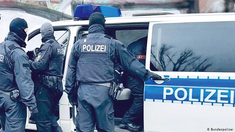 قوات الشرطة لدى اقتحامها أحد مقرات عصابات الجريمة في ألمانيا.  رويترز
