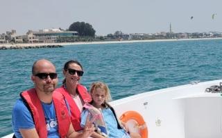 شرطة دبي تنقذ عائلة إسبانية تعطّل قاربها في البحر