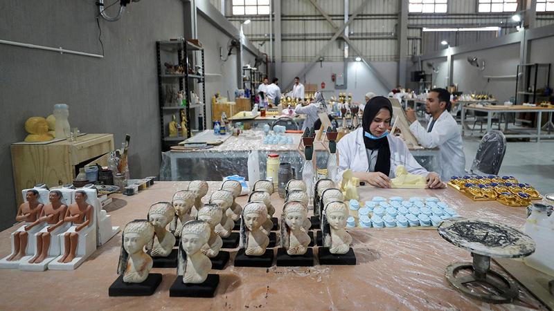 يضمّ مصنع «كنوز» أكثر من 150 فناناً ومرمّماً للآثار. رويترز