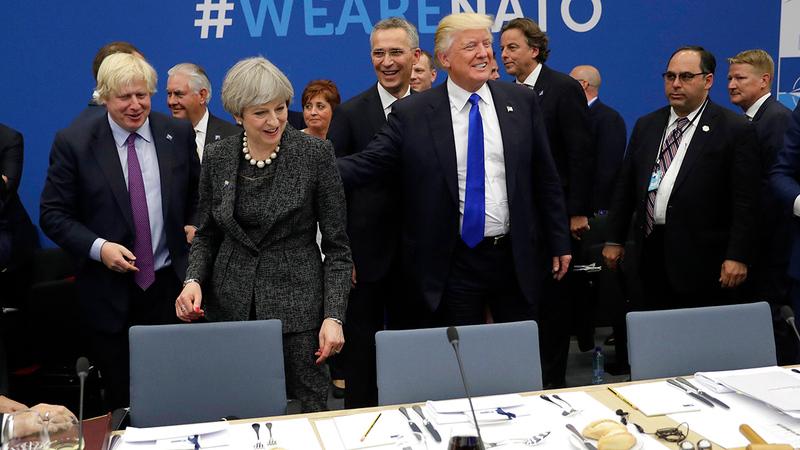 ترامب خلال القمة السابقة لحلف «الناتو» حيث طالب أوروبا بلهجة أقوى وأكثر فظاظة  لزيادة إنفاقها على الدفاع.  أ.ب