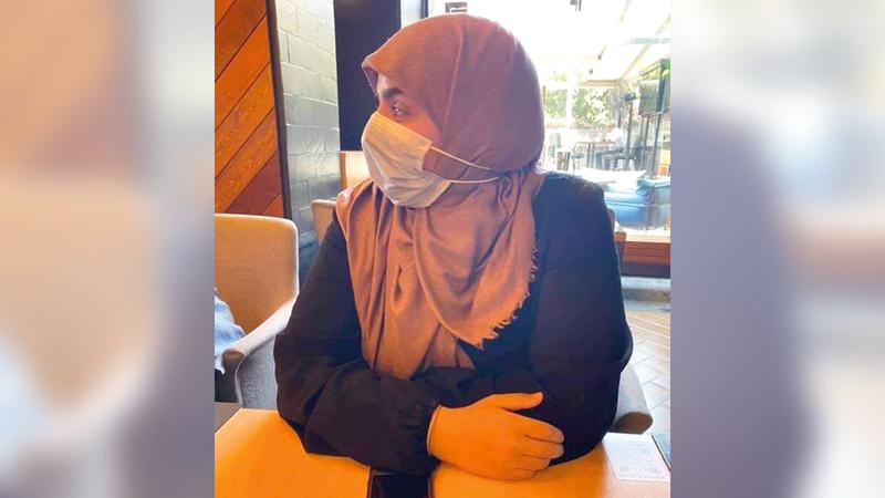 الفتاة التي منعت من الدخول بسبب العباءة.   من المصدر