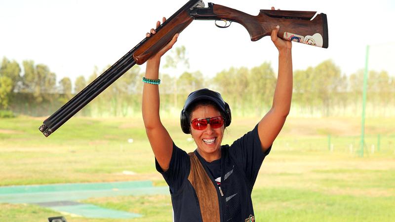 فاطمة محمد تحتفل بعد الفوز بميدالية في البطولة العربية.  من المصدر