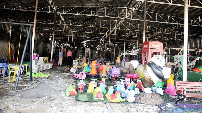 الحريق خلّف خسائر مادية في المحل المحترق.  من المصدر