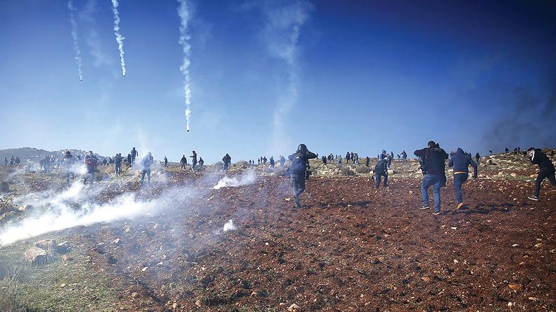 الاحتلال يطلق قنابل الغاز تجاه الفعاليات السلمية. À الإمارات اليوم