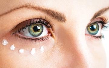 الصورة: «تحت العين».. مرطب البشرة عناية غير كافية
