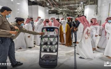 الصورة: روبوت ذكي لتوزيع عبوات مياه زمزم