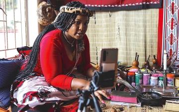 الصورة: «كورونا» يجبر معالجين تقليديين على العمل «أونلاين»