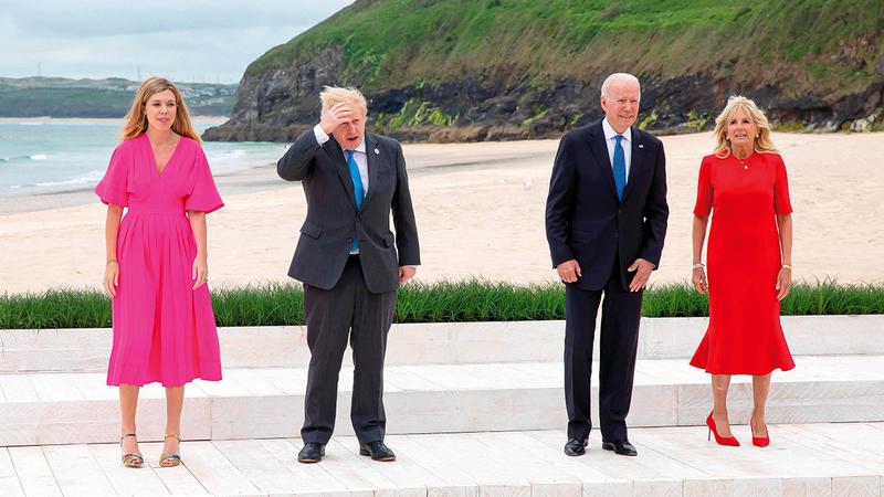 الزعيمان الأميركي والبريطاني وزوجتاهما على ساحل كورنول.   أ.ف.ب